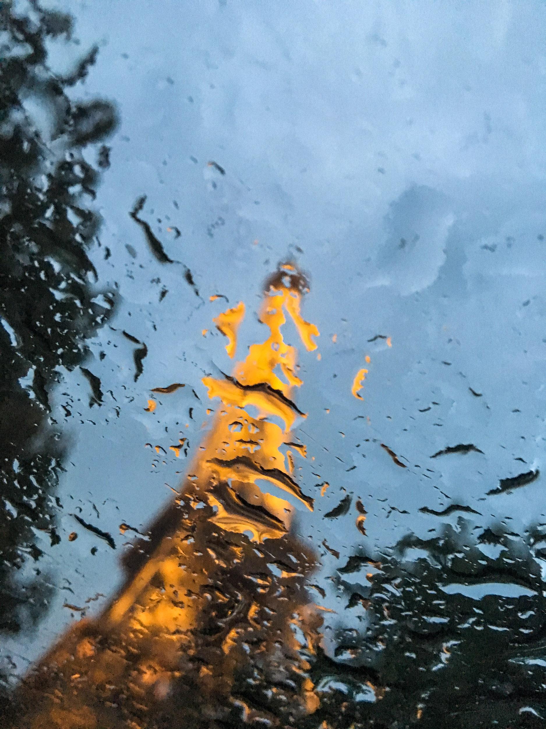La Tour Eiffel à travers une vitre