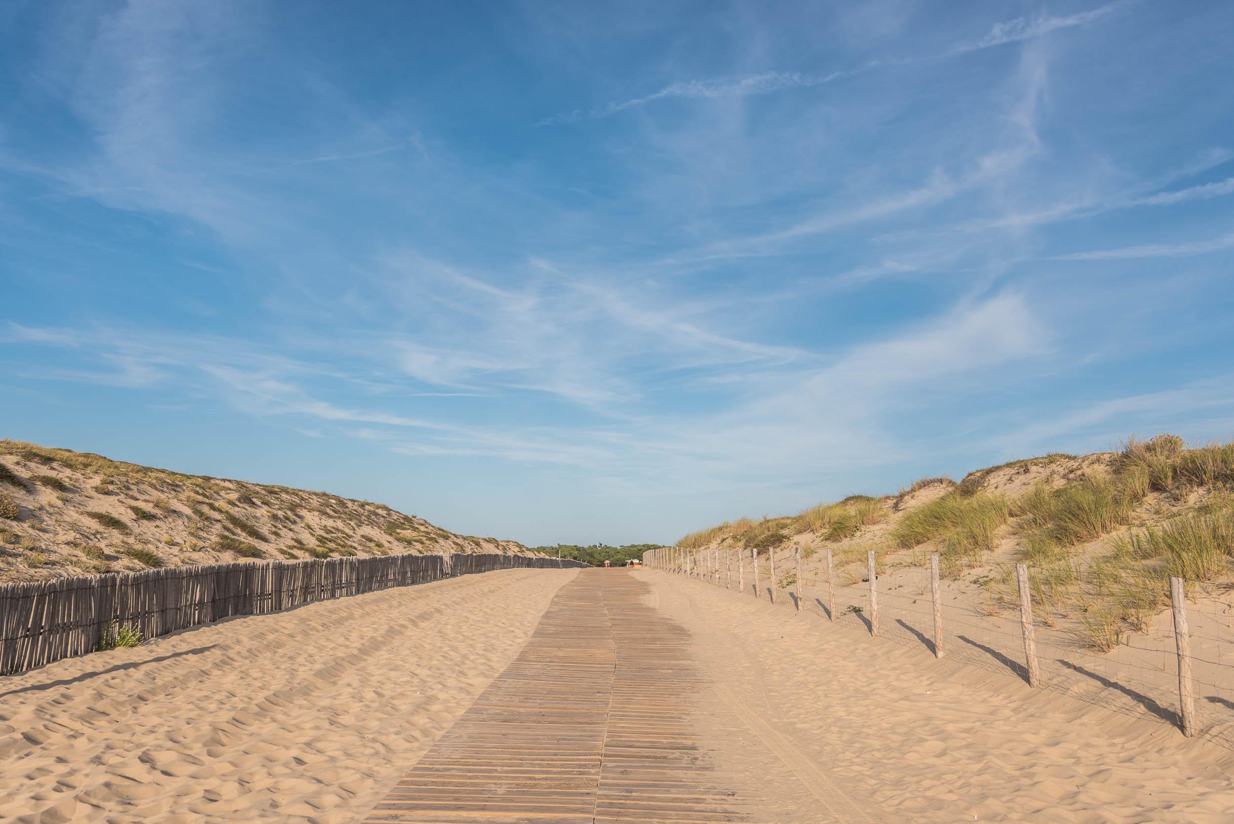 Chemin en direction de la plage