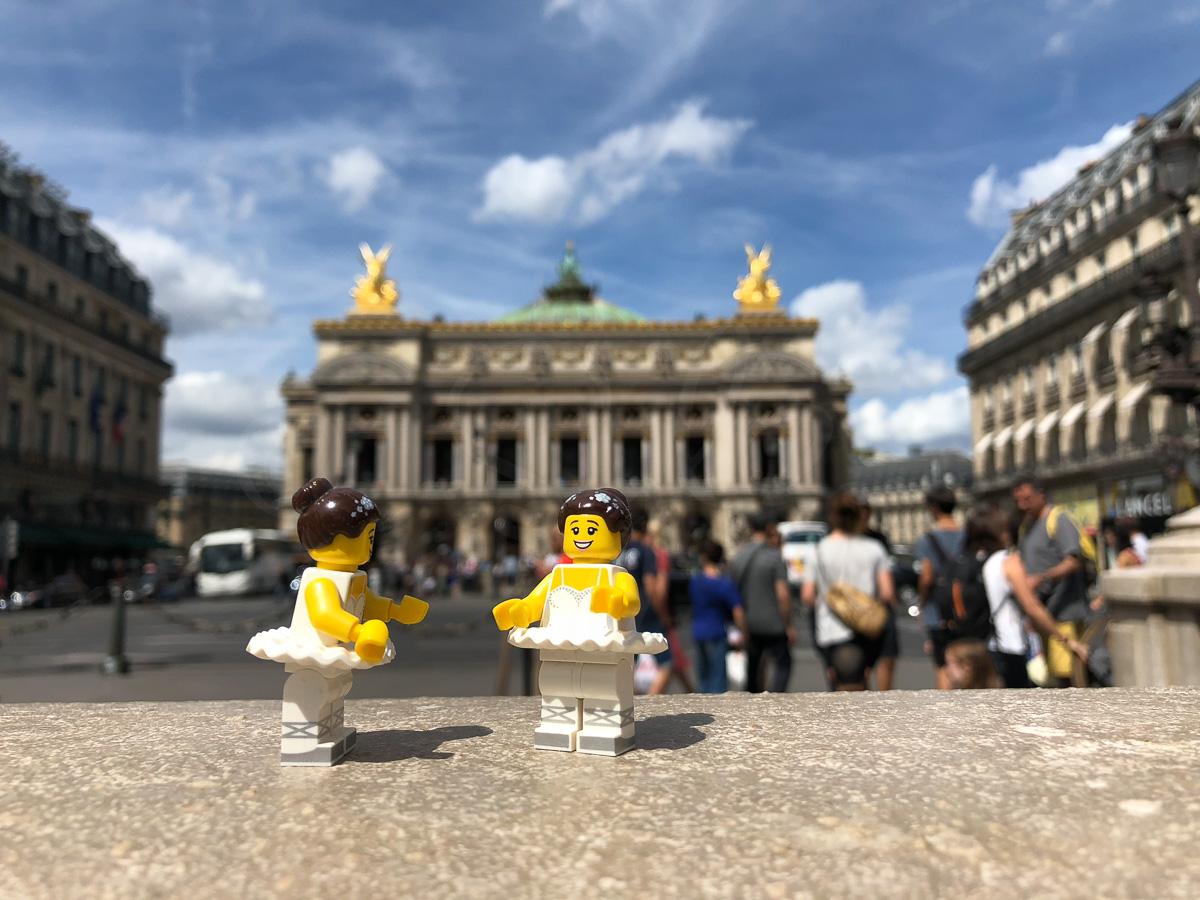 Danseuses Lego face à l'opéra Garnier