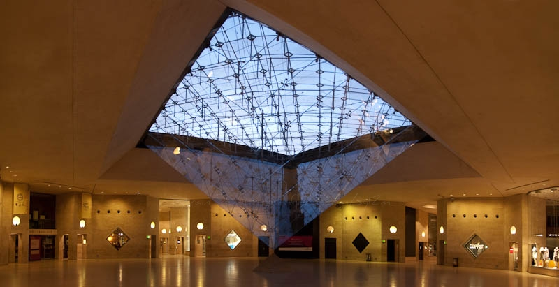 Louvre Paris vu du dessous