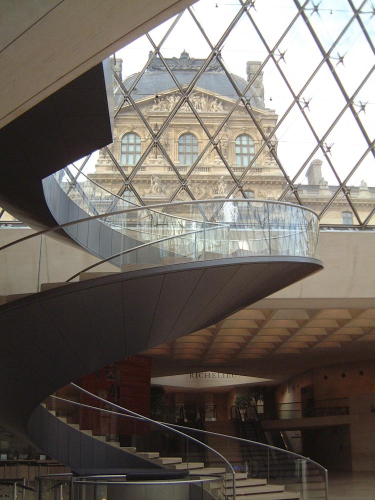 Escalier à l'intérieur du Louvre Paris